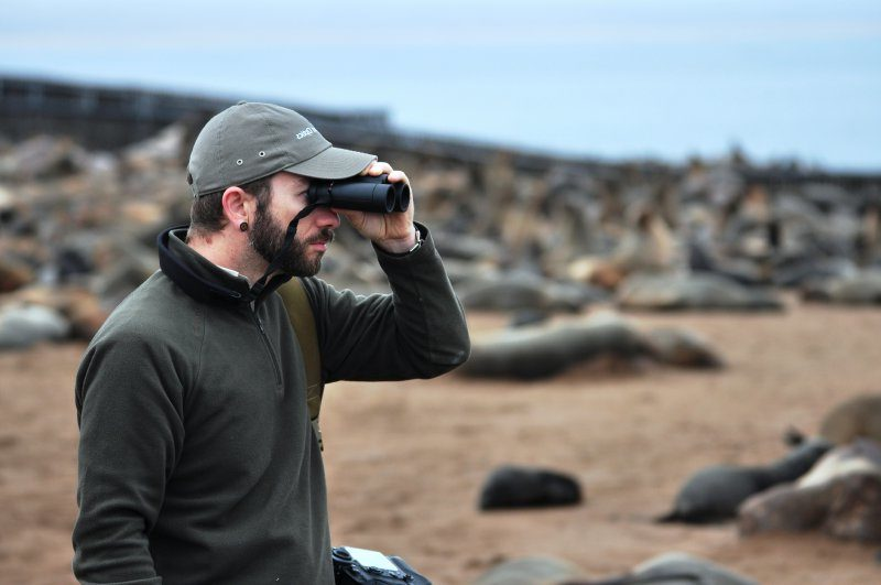 Emanuele osserva la colonia di otarie a Cape Cross.