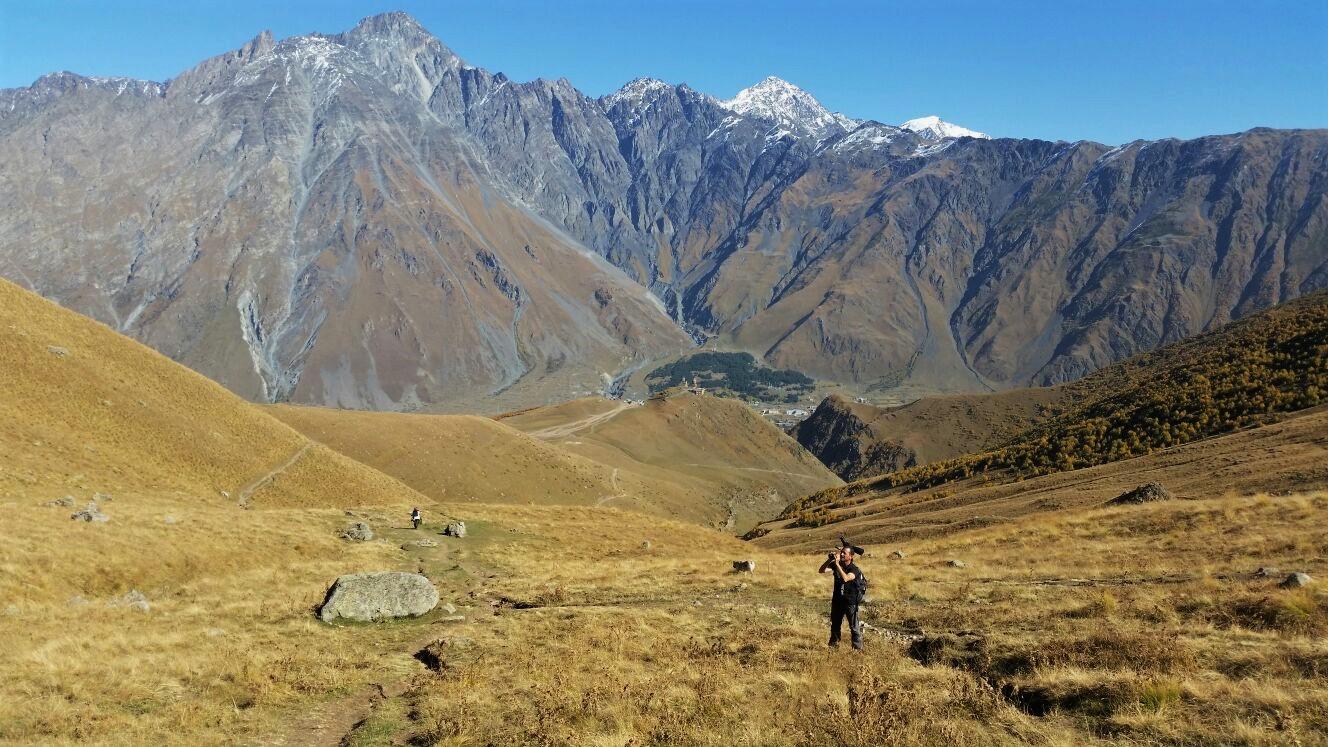 Eccomi tra gli aspri e spettacolari paesaggi del Caucaso. Sullo sfondo il Greater Caucasus (photo Giuseppe Rannisi)