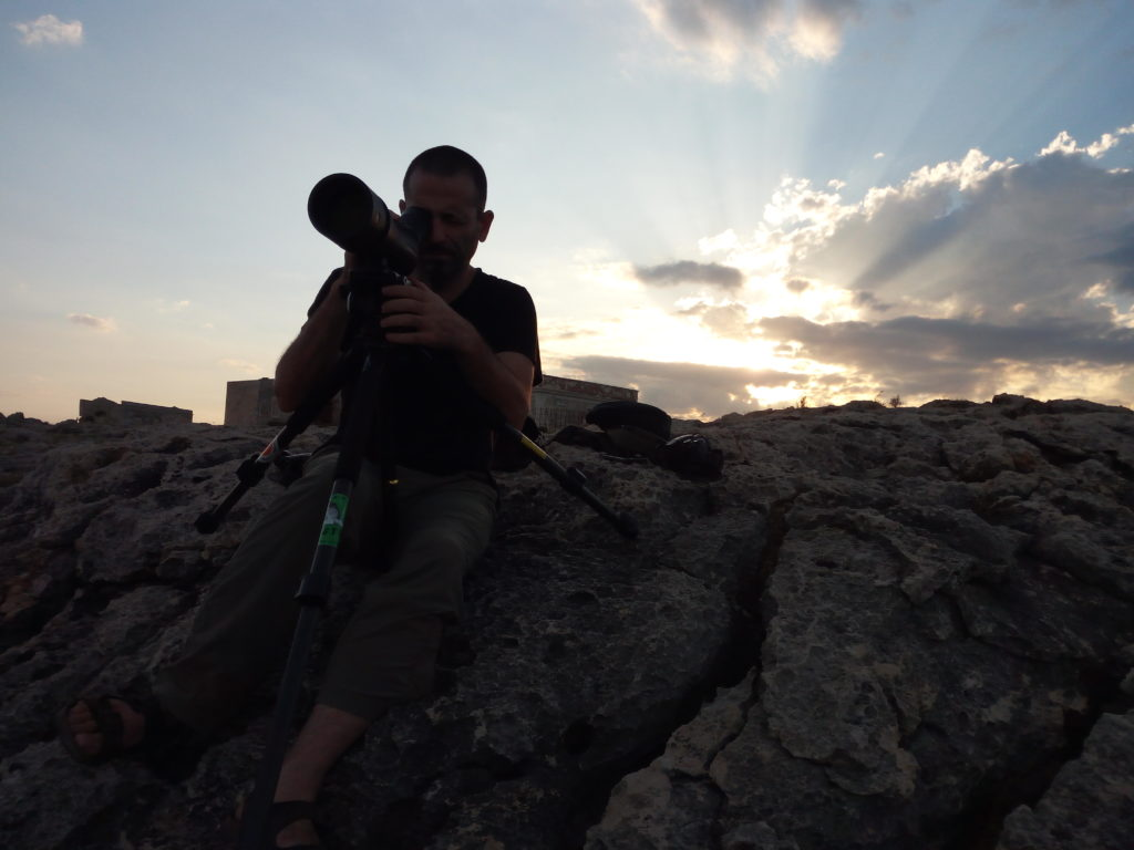 Andrea Corso con il cannocchiale Apo Televid. Anche in condizioni di luce scarsa le lenti Leica garantiscono contrasti perfetti.