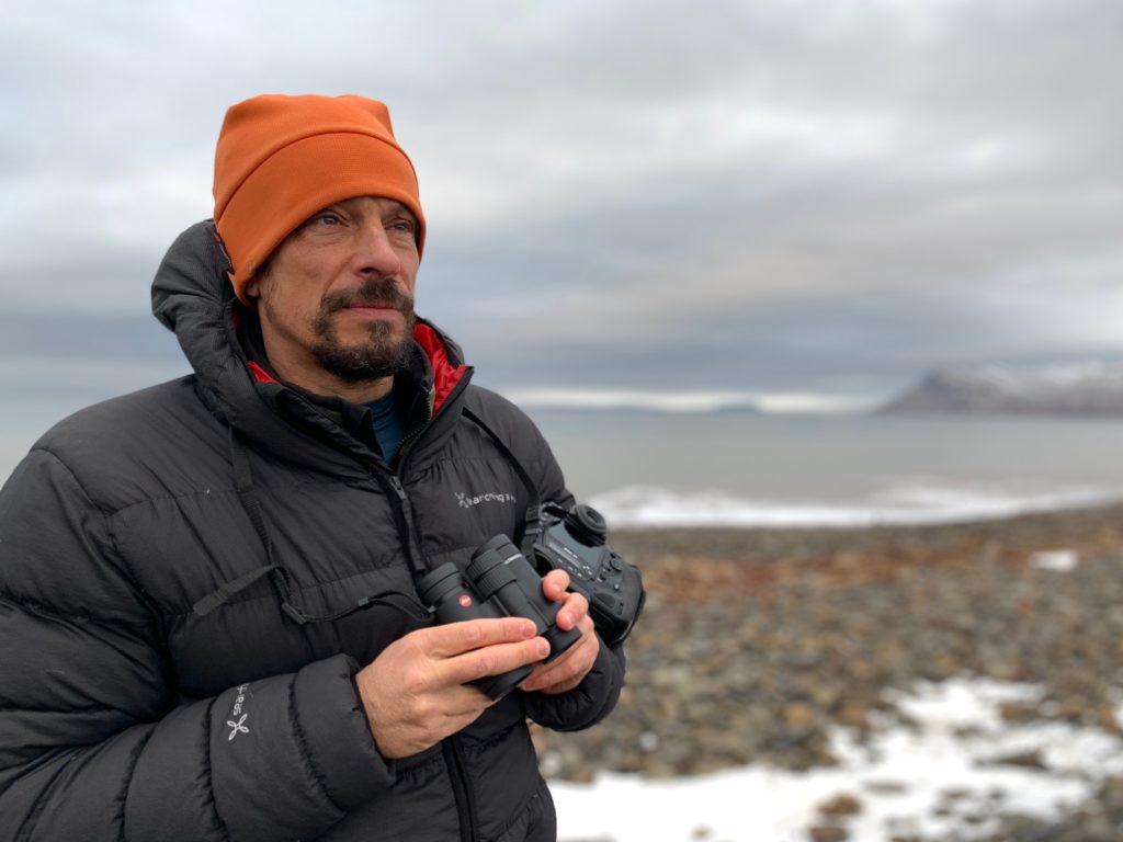 Stefano Unterthiner con binocolo Leica Ultravid HD- Plus 10x32