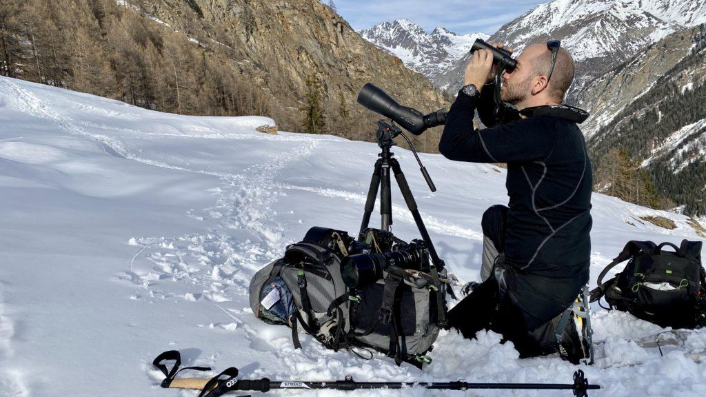 Emanuele Biggi con la sua attrezzatura Leica. Binocolo Noctivid 10x42 e cannocchiale da osservazione Apo Televid 82 con oculare 25-50ww