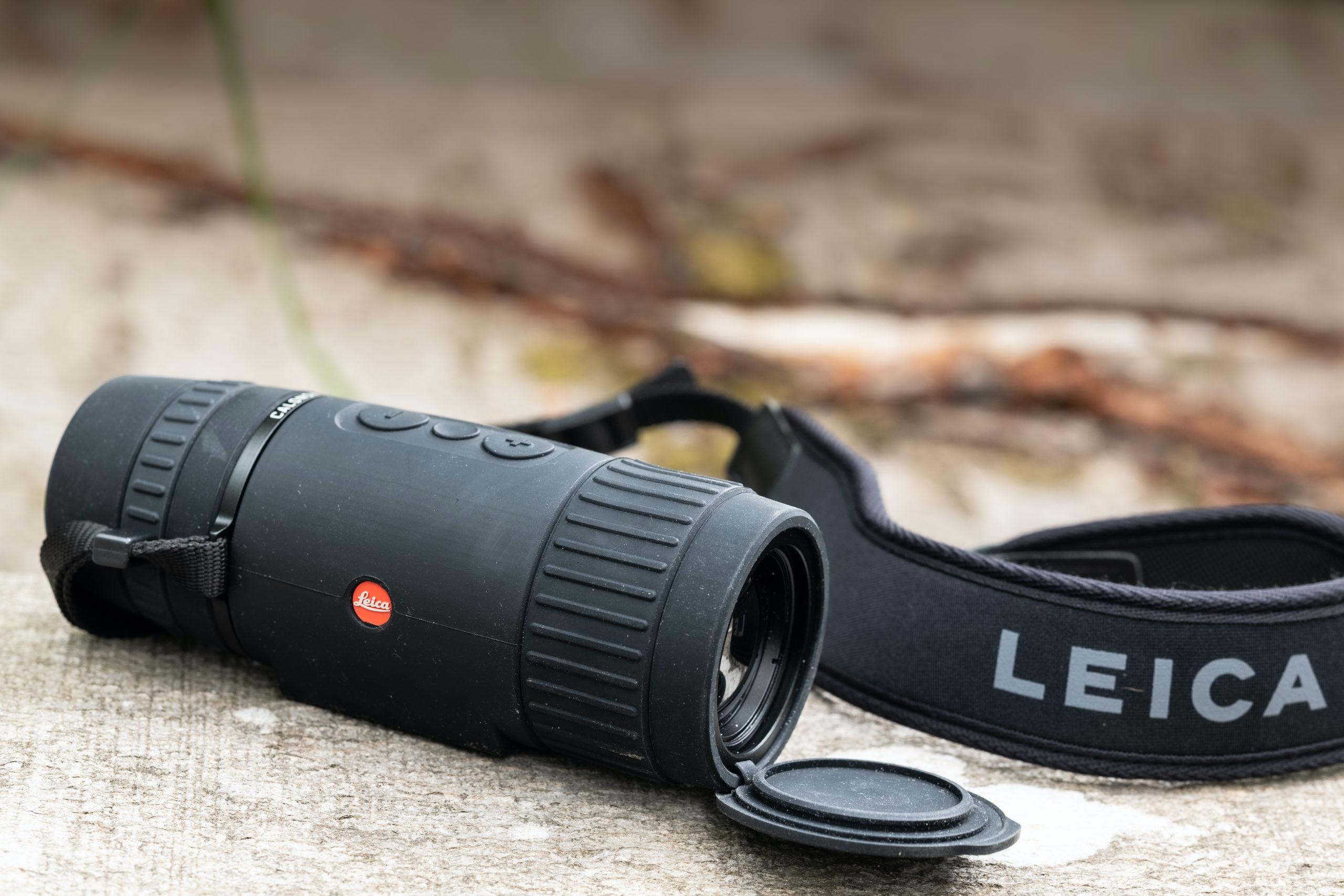 La tracolla Leica è comoda e sicura grazie ai due ganci passanti laterali fissati al corpo del Calonox