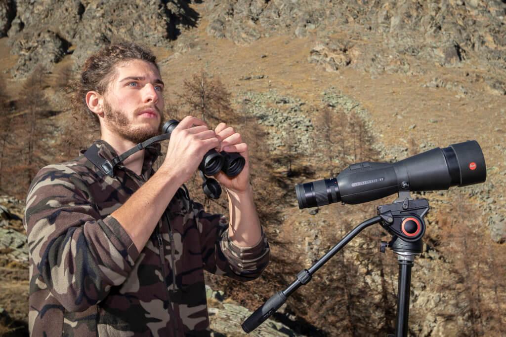 Luca Eberle con la sua attrezzatura Leica: Binocolo Noctivid 10×42 e cannocchiale da osservazione Apo Televid 82 mm