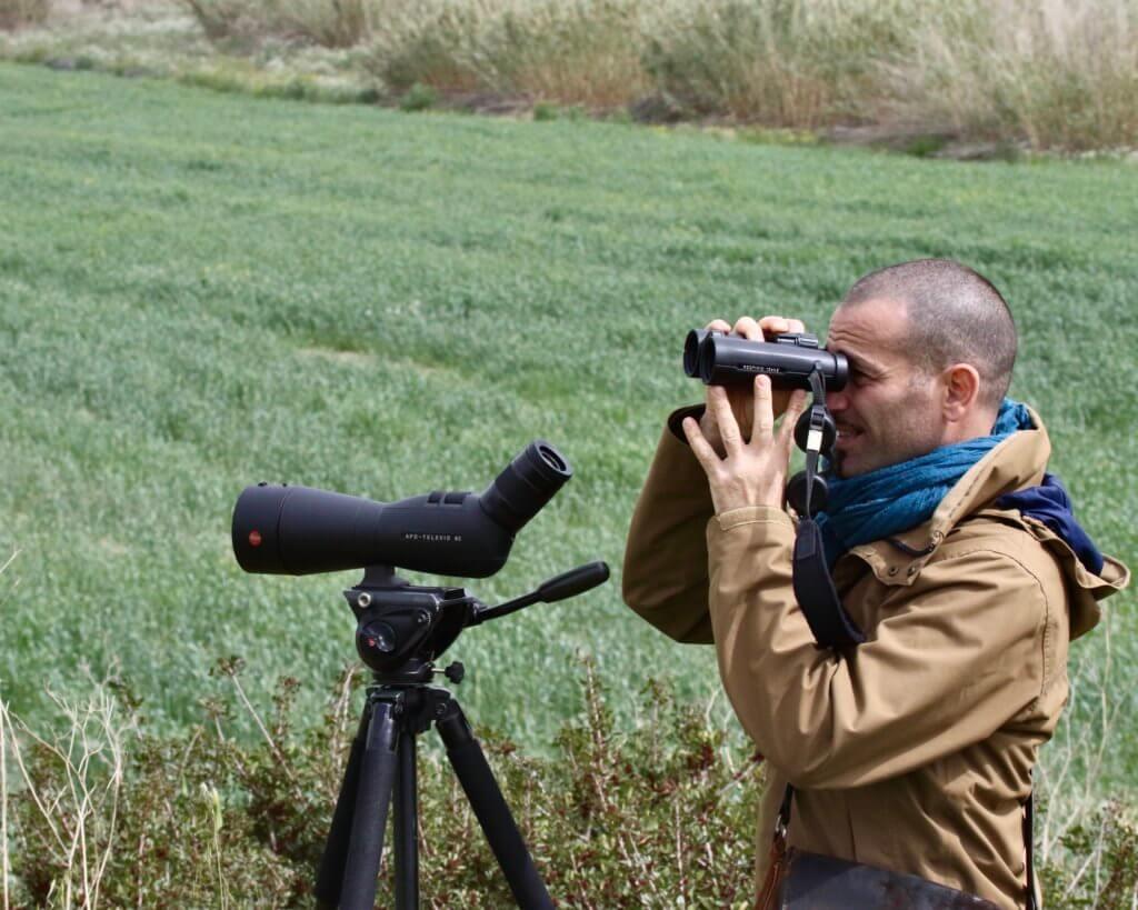 Andrea Corso con il cannocchiale Apo Televid 82 e il binocolo Noctivid 42mm