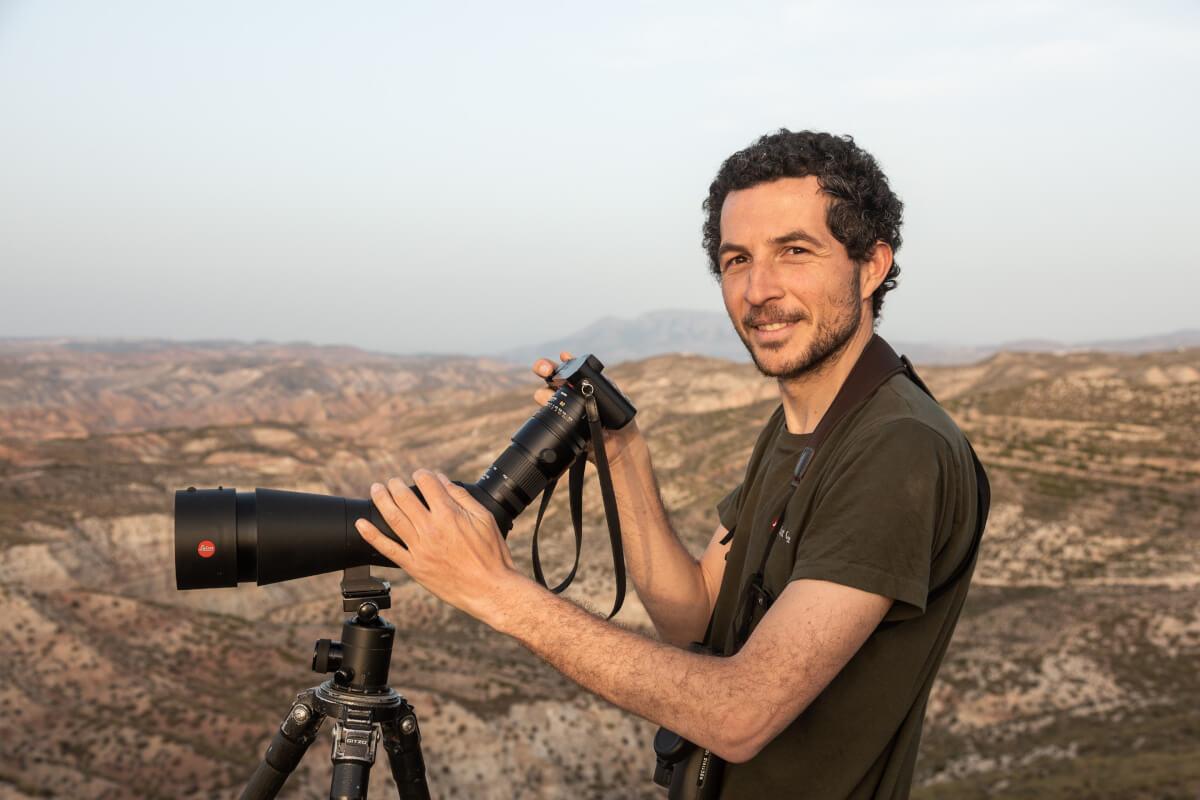 Sistema digiscoping completo. Ugo Mellone con cannocchiale Apo Televid 82 e nuovo fotocamera compatta Leica Q2.