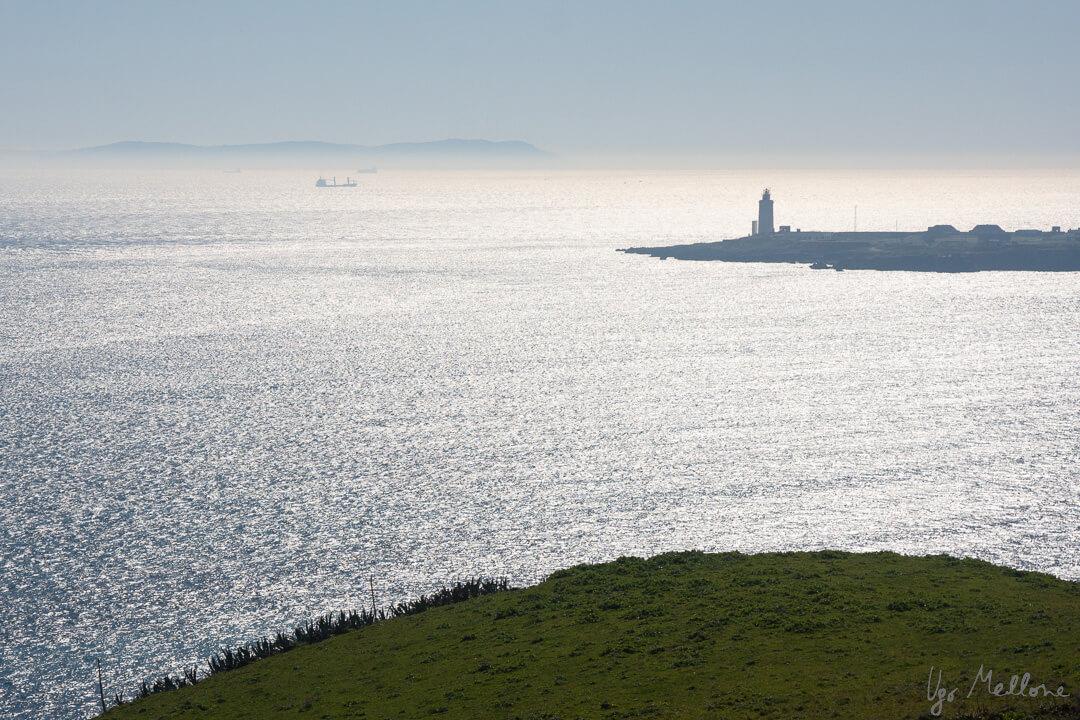 Il faro di Tarifa e, sullo sfondo, Capo Spartel, in Marocco. Leica Natura blog